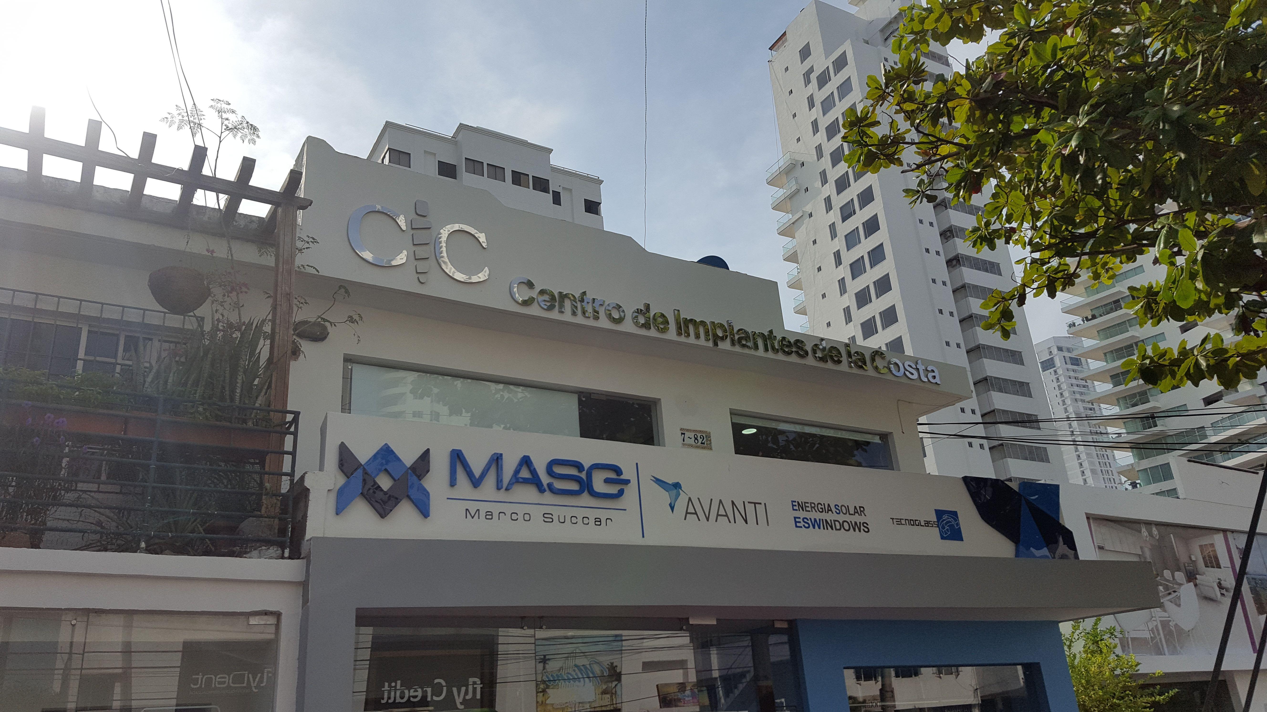 Centro de implantes de la costa by Julio Oliver